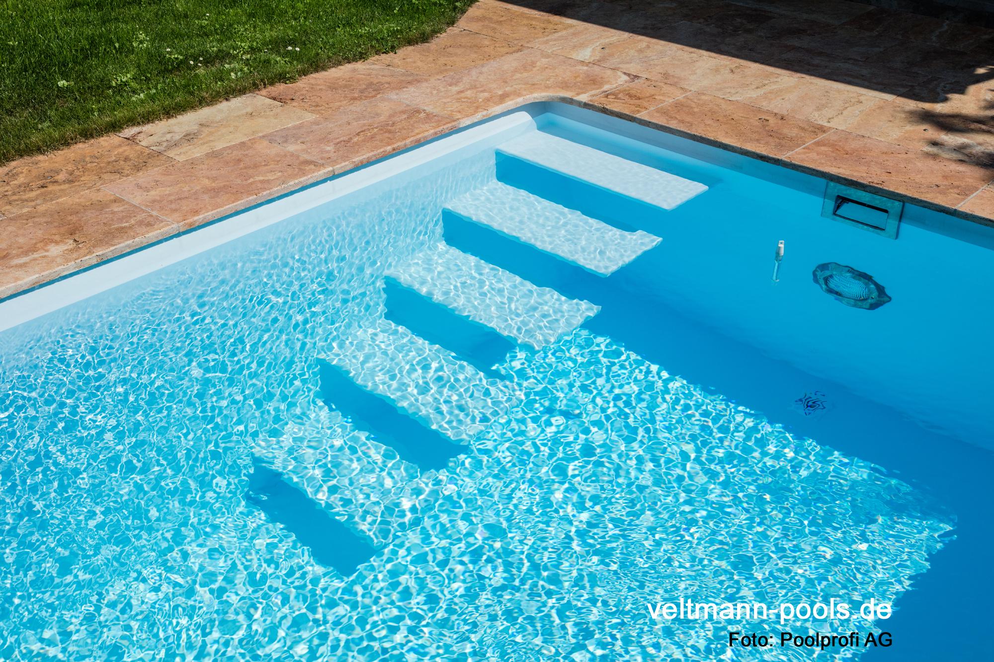 Auf jeden Fall ein Schwimmbecken zudem mit schwebenden Stufen.