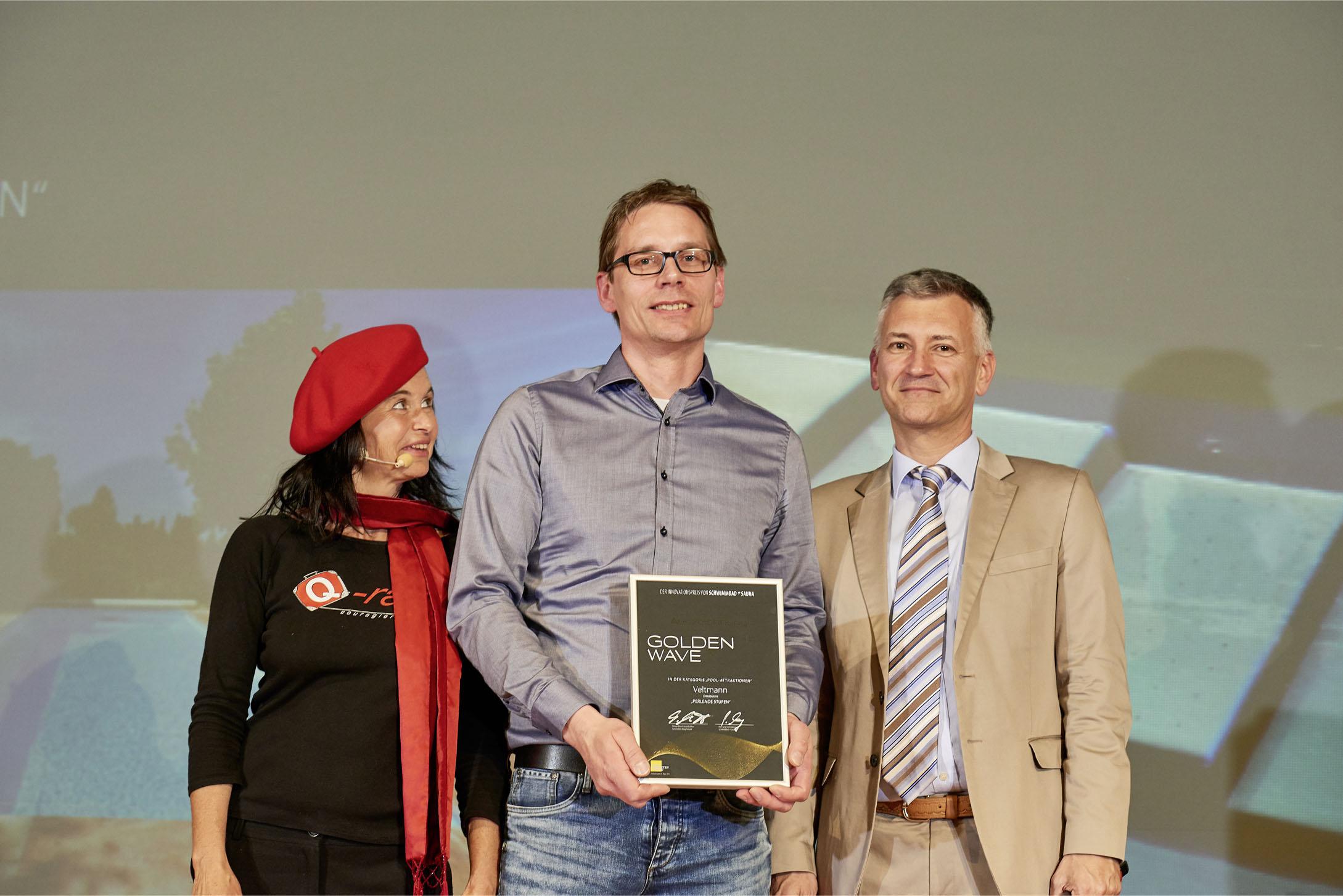 Verleihung Golden Wave dort in der Mitte Frank Veltmann - Veltmann-Pools, rechts Peter Lang - Fachschriften-Verlag