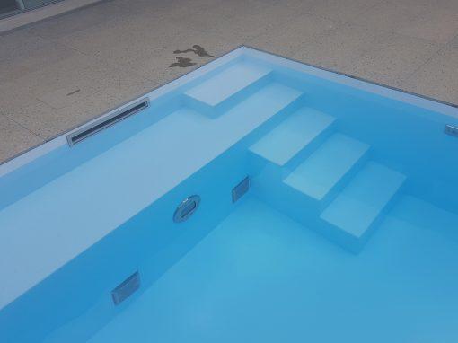 System Schwimmbecken in eisblau mit Luftsprudelbank an der Treppe Valencia
