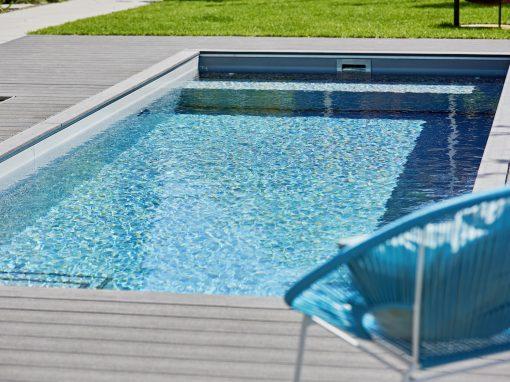 Rollladensitzbank in einem grauen System Schwimmbecken