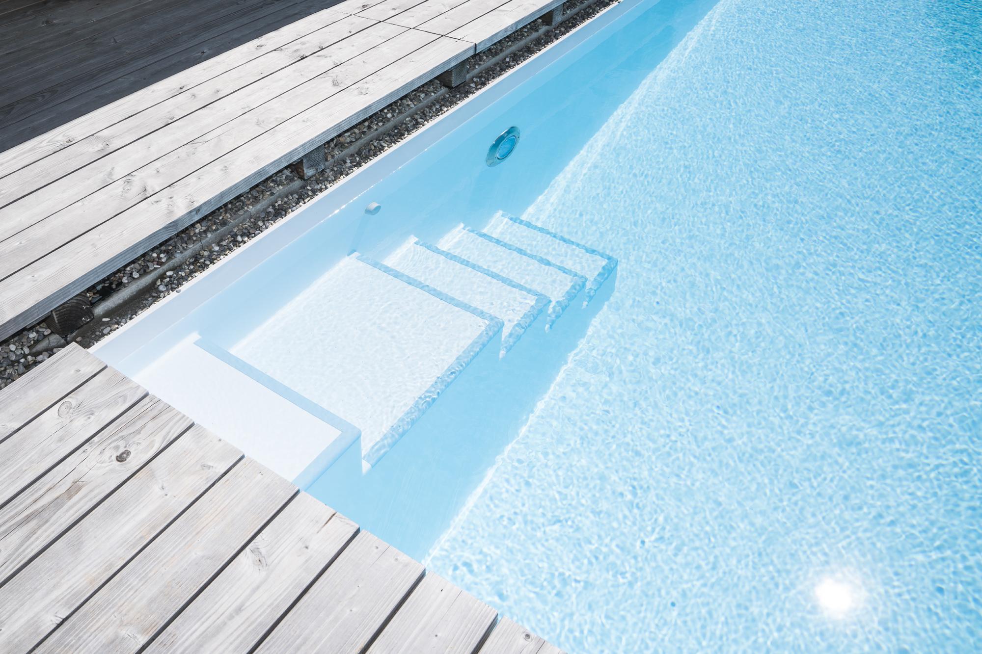 Schwimmbadtreppe Valencia dort mit perlenden Stufen