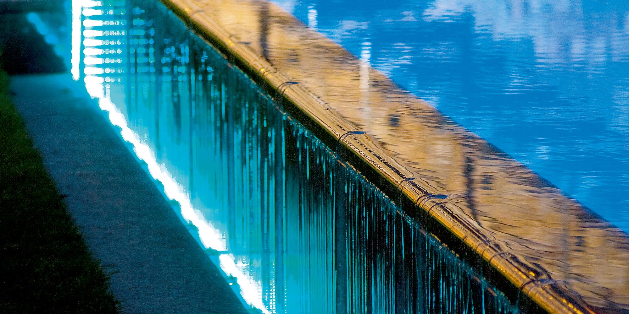 Infinity Überlaufrinne zudem mit Natursteinplatten
