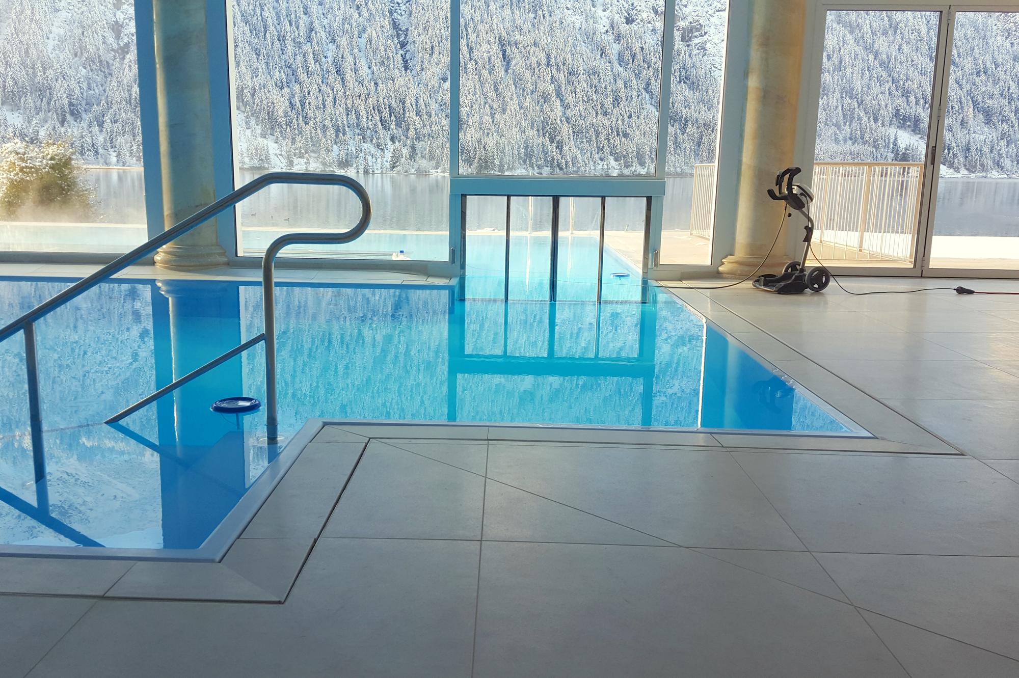Einstück Schwimmbecken mit Schwimmkanal
