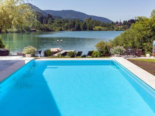 System Schwimmbecken in eisblau mit Überlaufrinne zum See