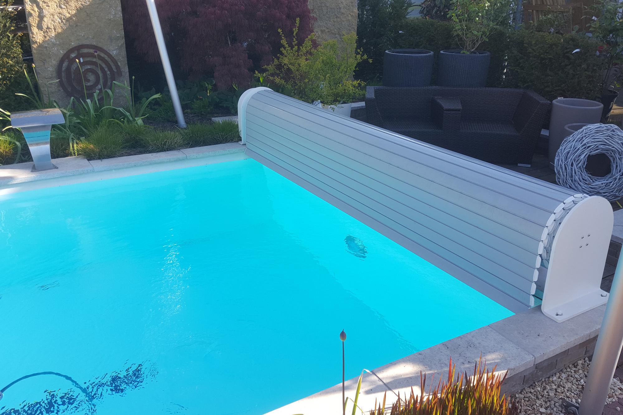 oberflur rollladenabdeckung an einem wei en gartenbad 556 veltmann fertigschwimmbecken. Black Bedroom Furniture Sets. Home Design Ideas