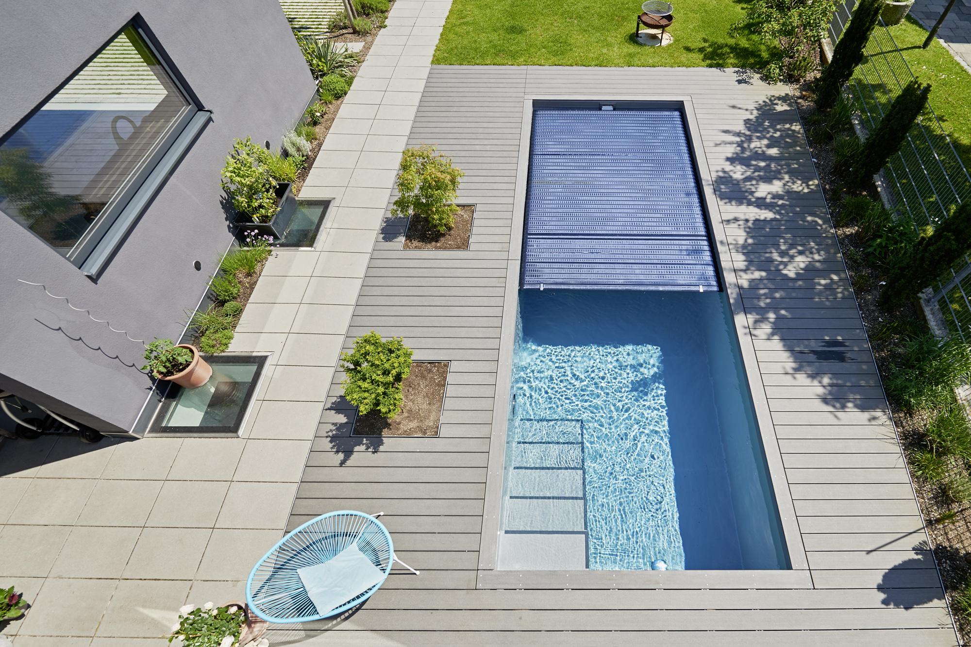 Zum Beispiel eine schwarze Solar Abdeckung im System Schwimmbecken