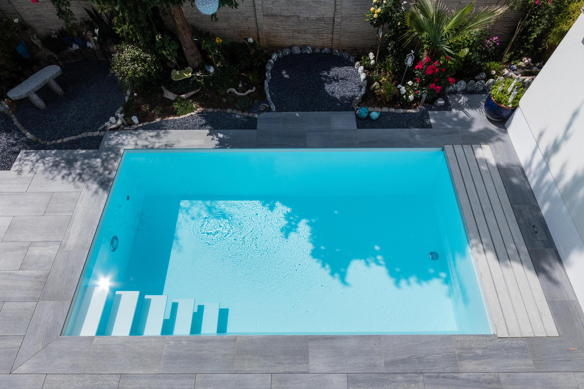 Das Fertigschwimmbecken Gartenbad 556 in weiß zudem mit Rucksack Rollladenschacht