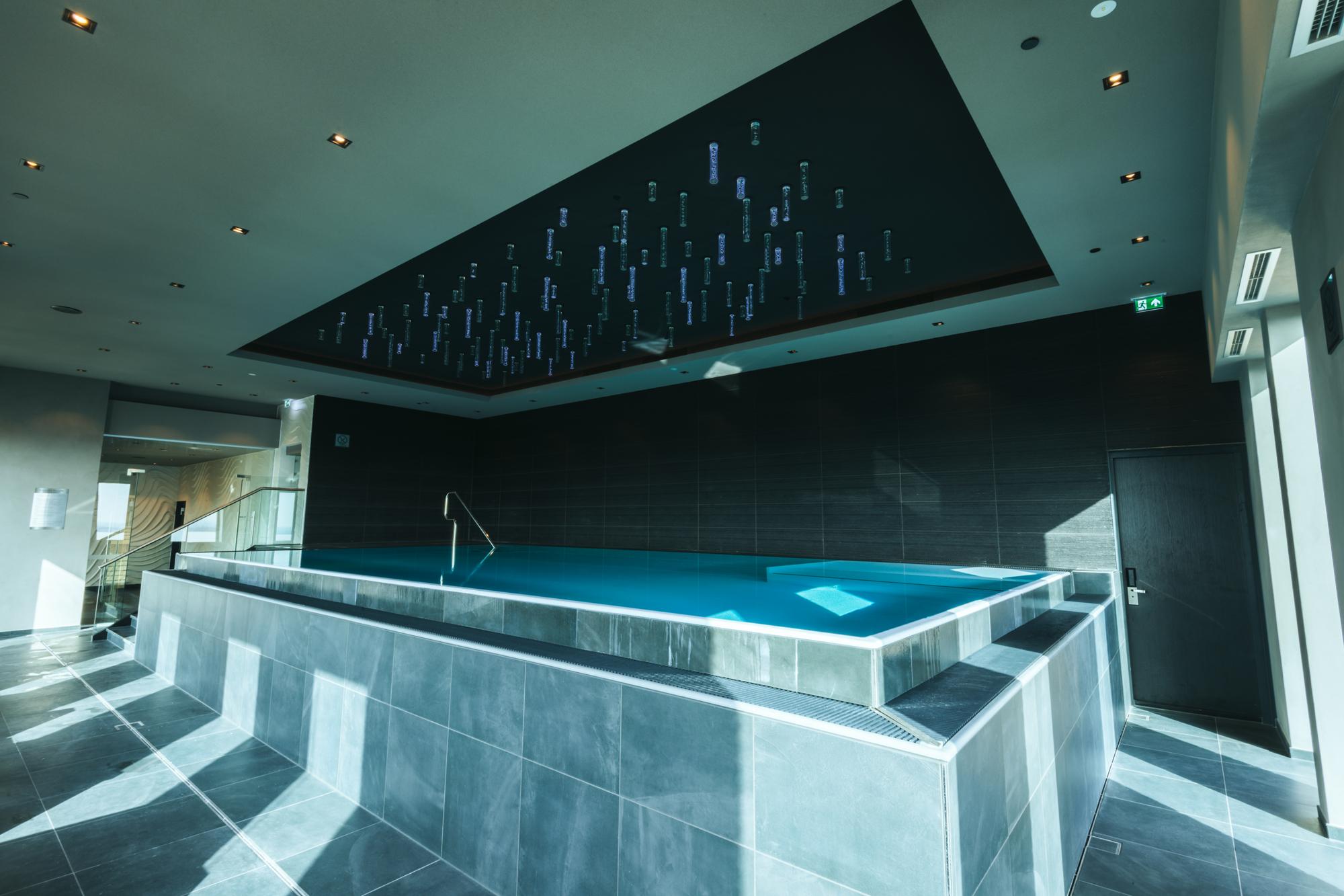 freitragendes Fertigschwimmbecken der Veltmann Infinity Pool