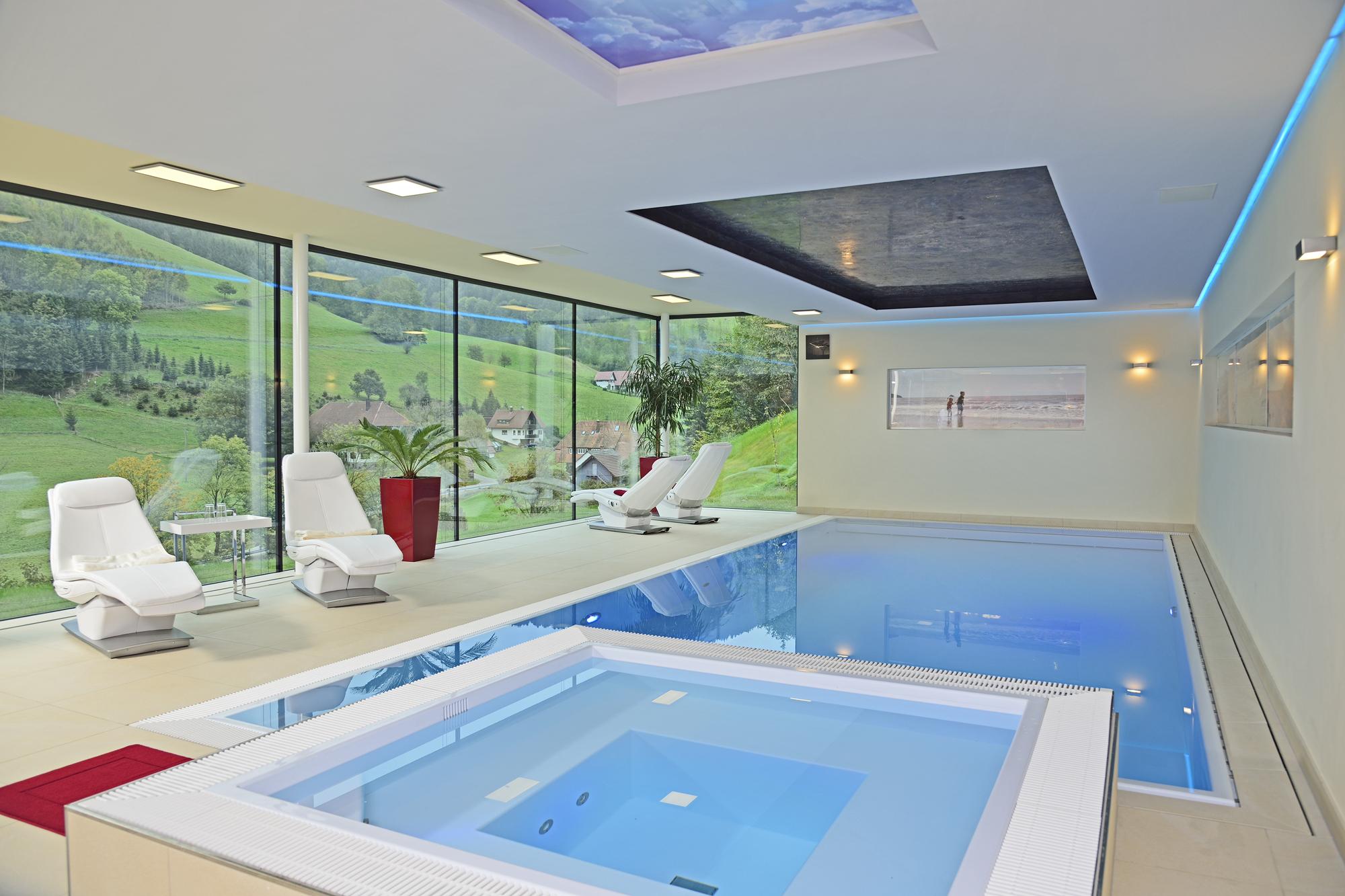 Custom schwimmbecken mit Custom Whirlpool in eisblau