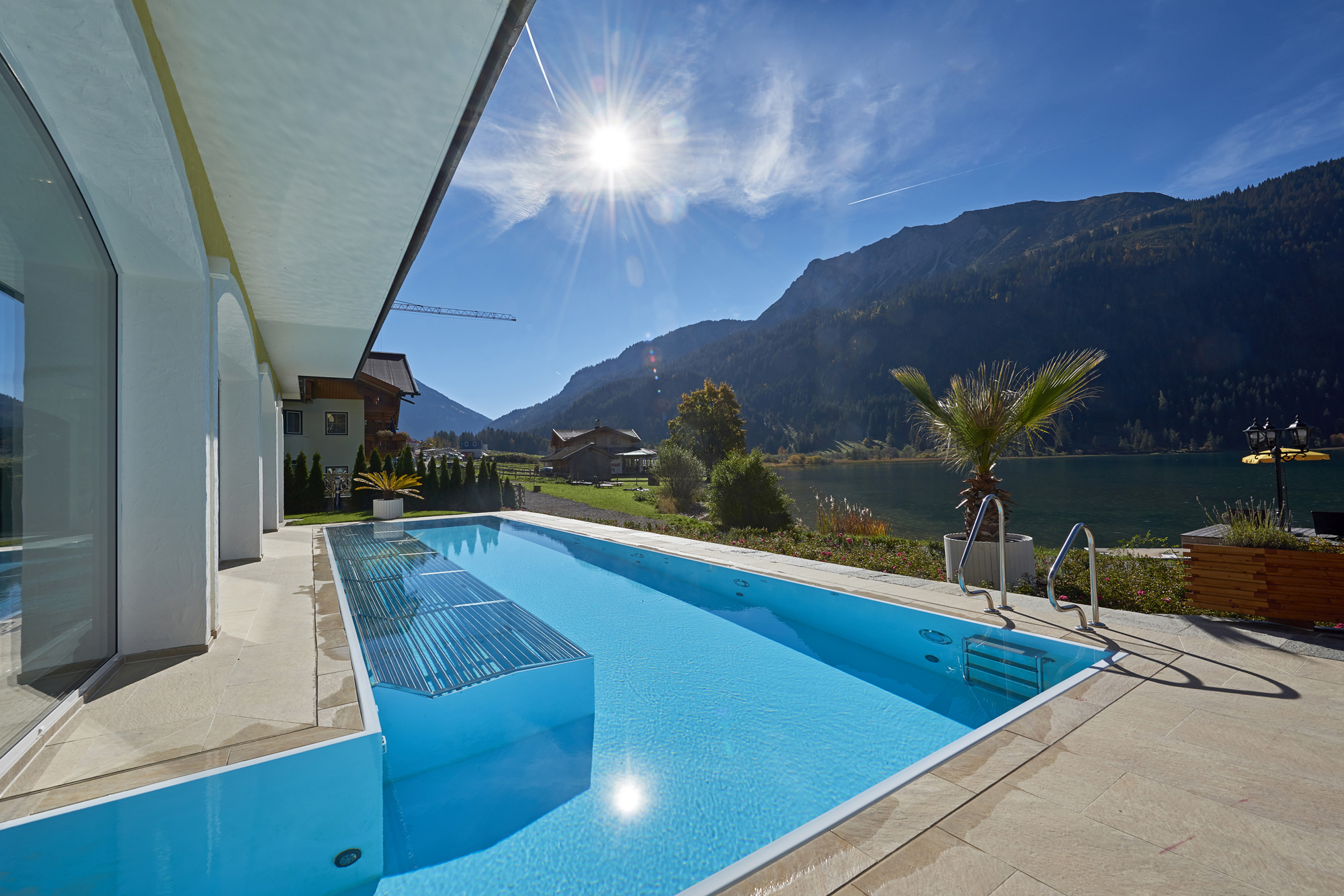 Outdoor Pool zudem mit Schwimmkanal