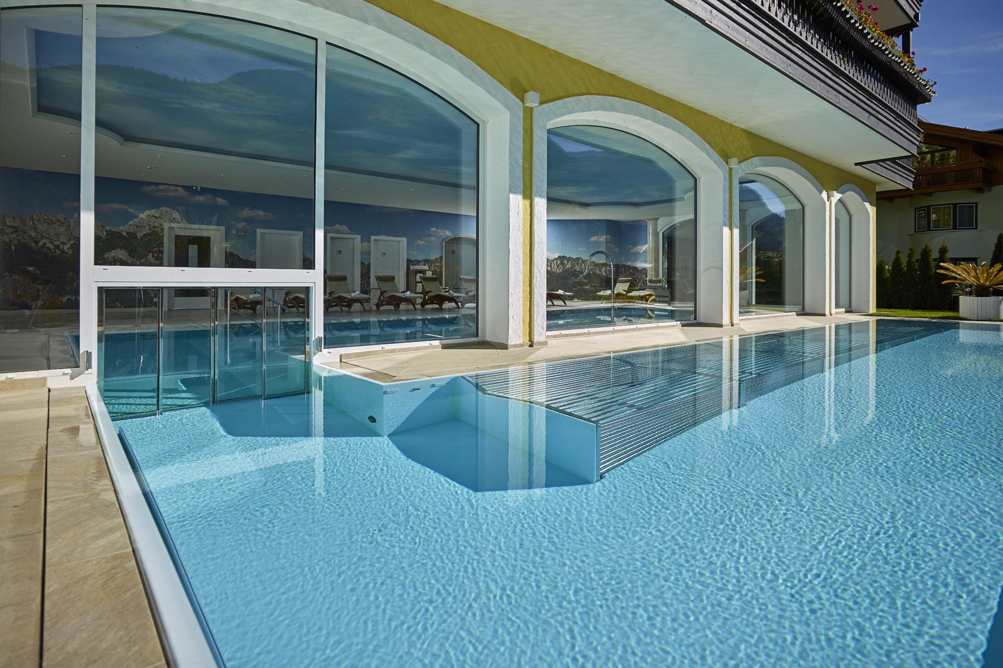 Schwimmkanal zwischen Innen- und Außenschwimmbad kurzum mit elektrischer Glastür