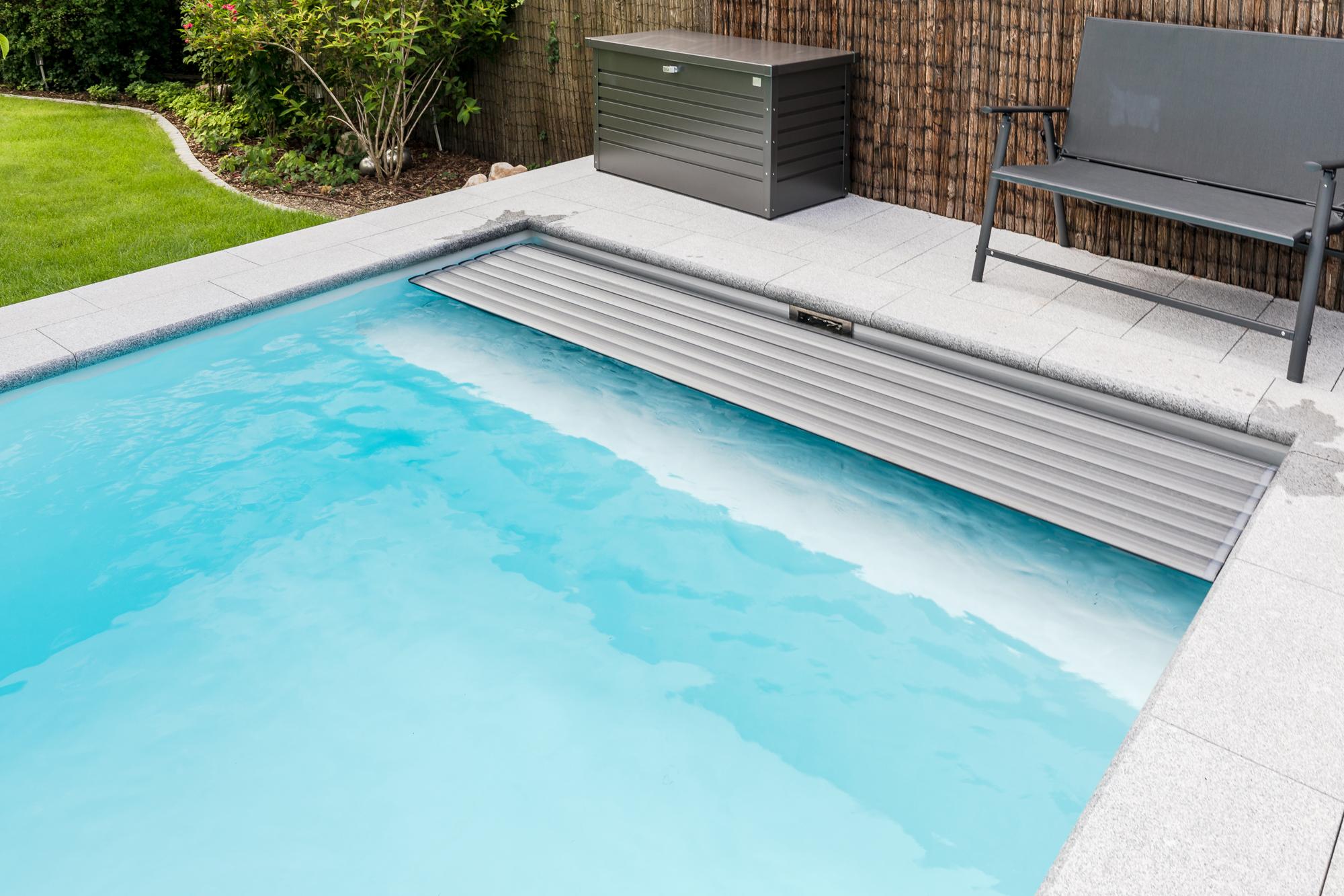 Fertigschwimmbecken Gartenbad mit einer Rolladensitzbank sowie Solarabdeckung