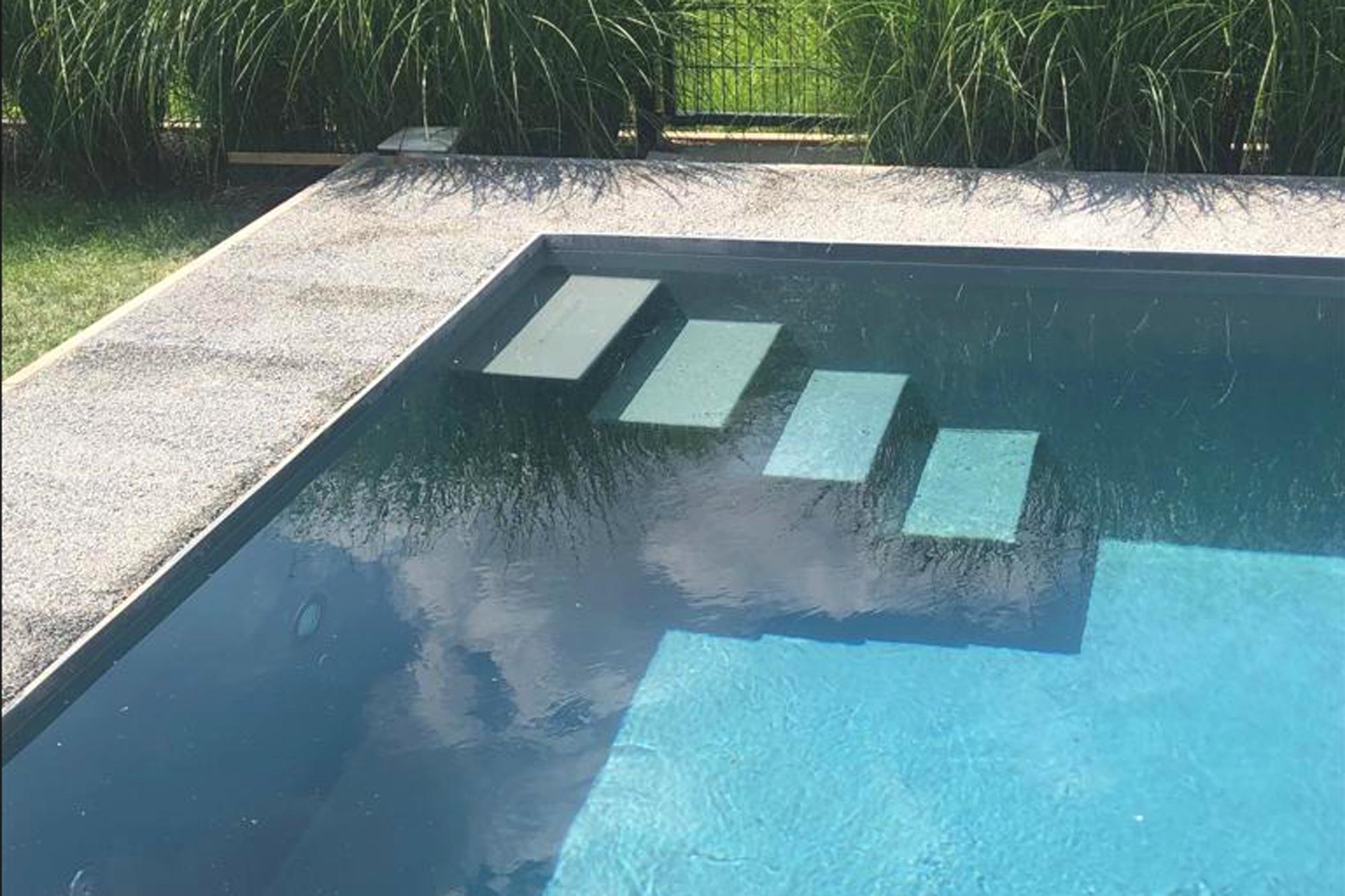 Gartenbad in eisengrau  dort mit schwebender Treppe