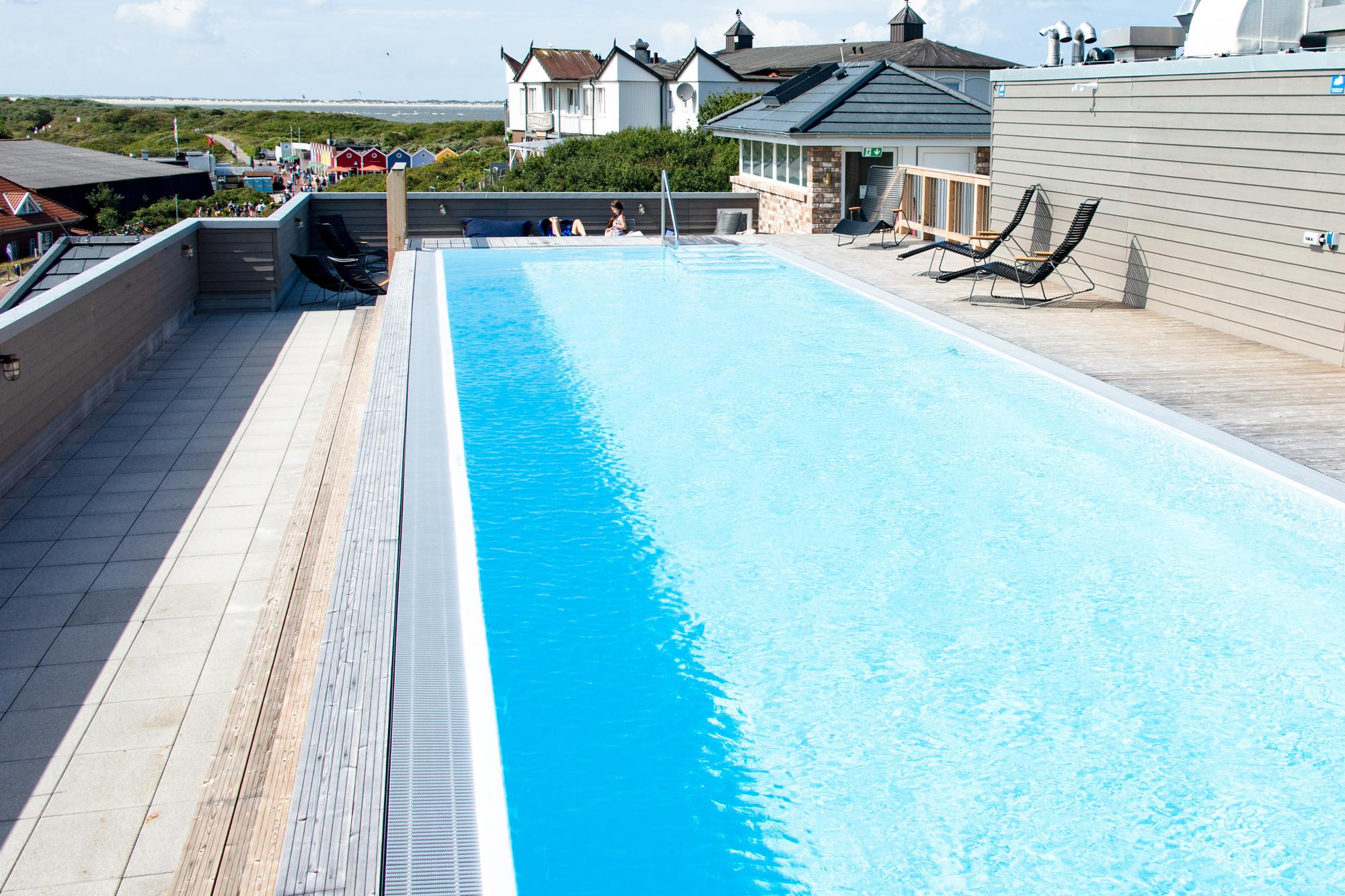 Freistehender Rooftop-Pool dort auf einem Hoteldach