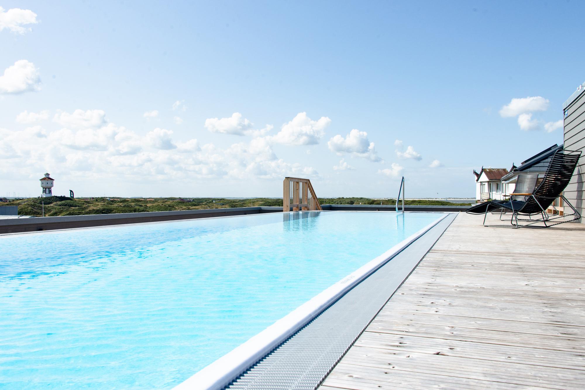 Übrigens bietet der Pool ein spektakulärern Ausblick auf das Wahrzeichen Langeoogs