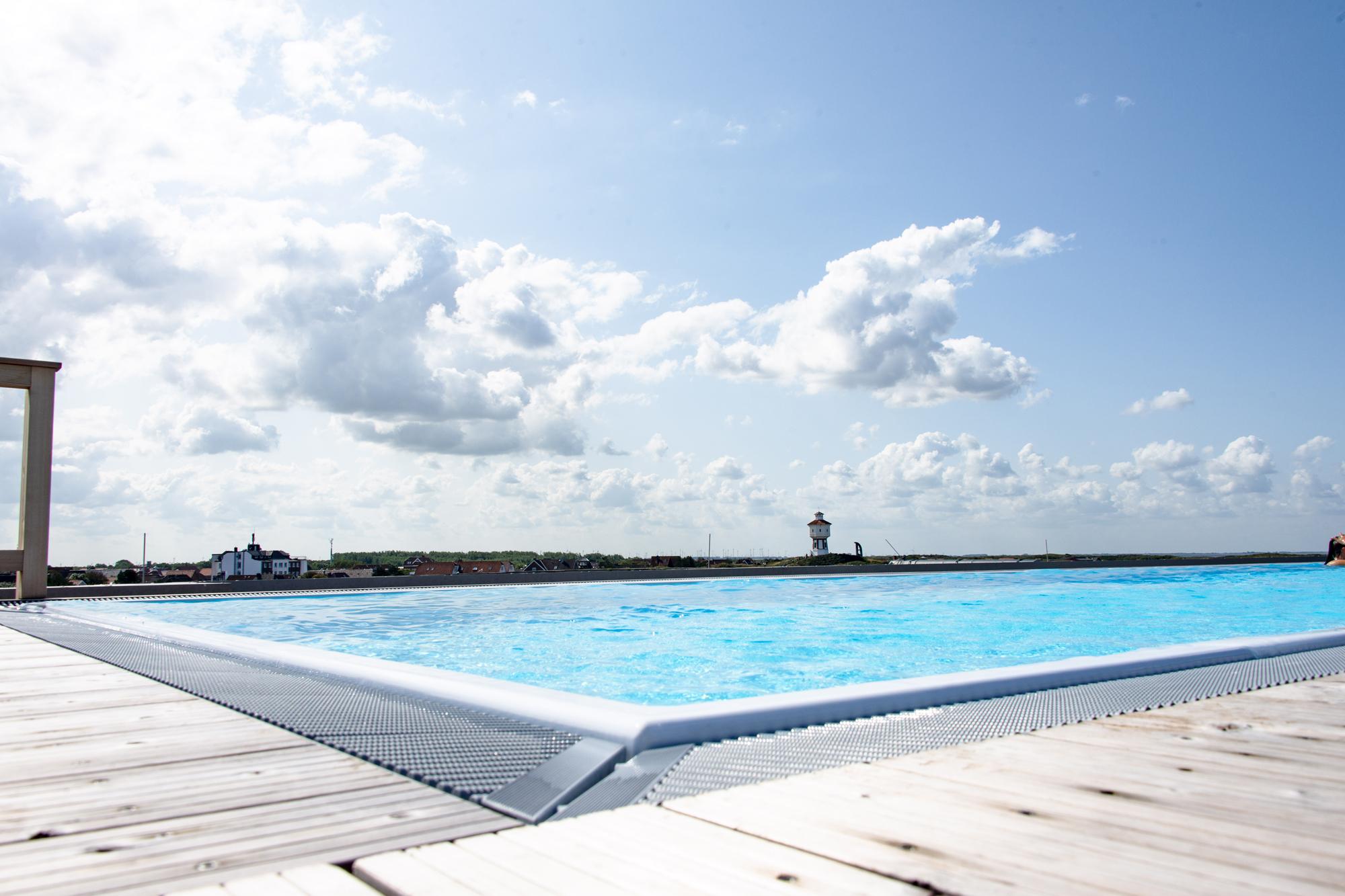 Infinity Pool dazu der Blick über Langeoog
