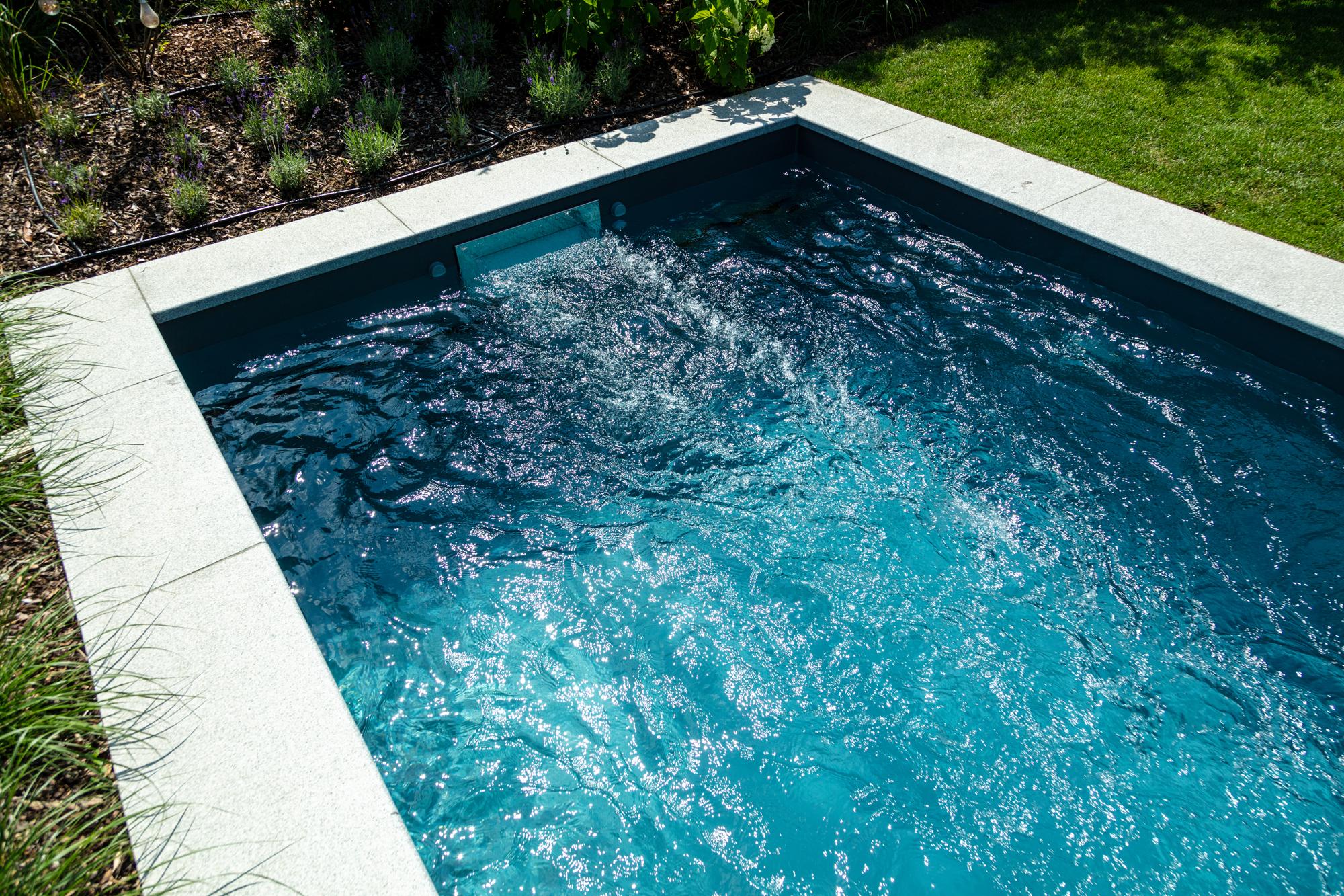 Dazu ein Schwimmbecken in eisengrau mit Swimstream