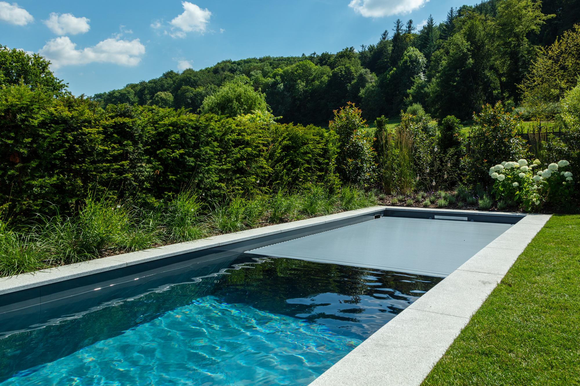 Indem die Abdeckung geschlossen ist, schützt sie das Schwimmbecken vor Energieverluste