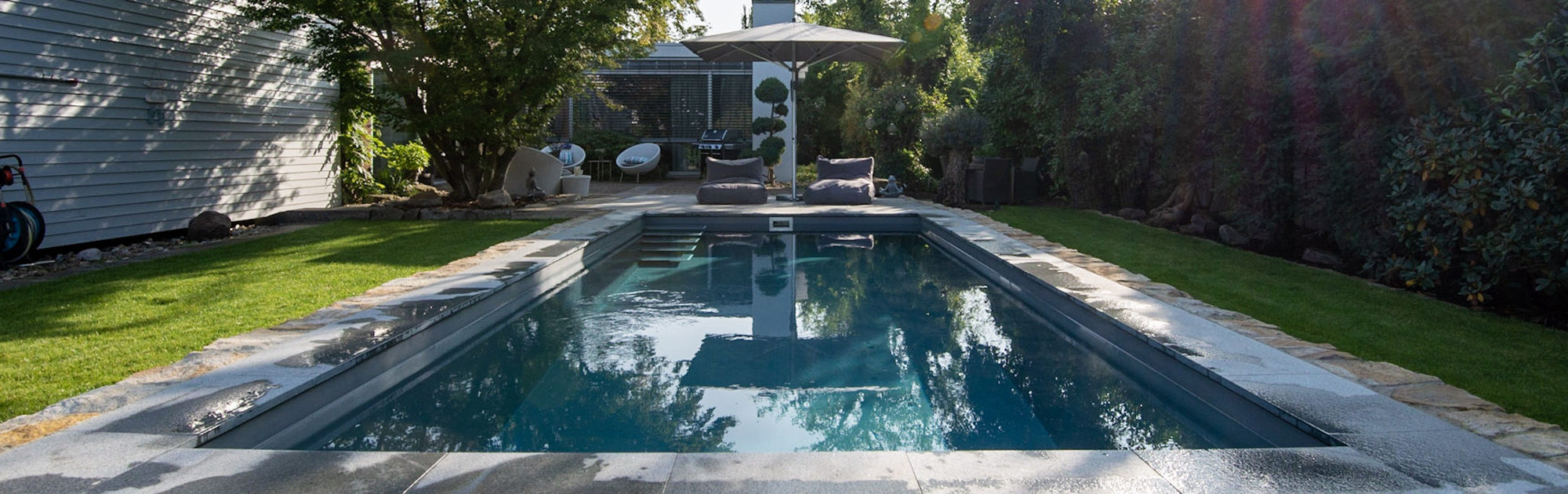 Das Gartenbad jedoch mit weißen Stufenkanten