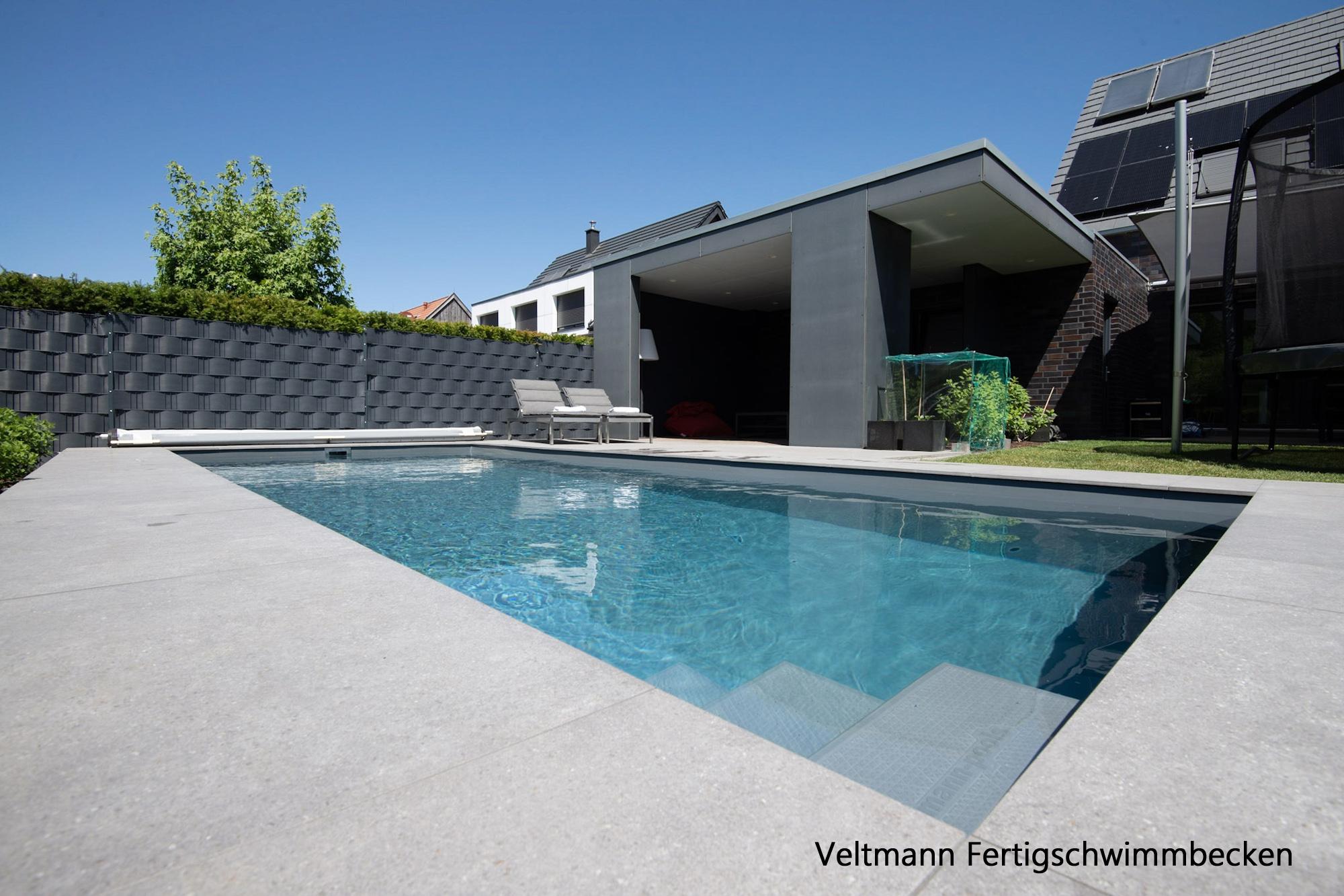 Schwimmbecken 756 eisengrau zudem mit schwebender perlender Treppe